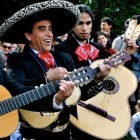 Mexicaanse muziek: mariachis in traditionele klederdracht