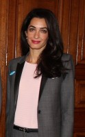 Amal in werktenue / Bron: Foreign and Commonwealth Office, Wikimedia Commons (CC BY-2.0)