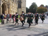 De Stadspijpers van 's-Hertogenbosch, tijdens de processie bij de kathedraal van Gloucester